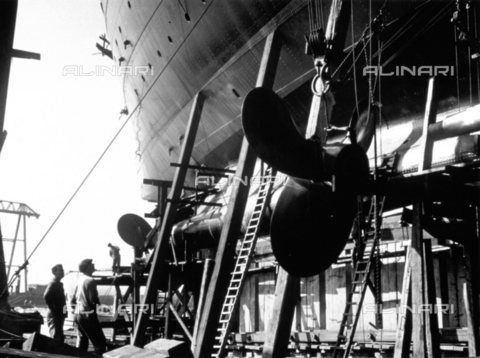 DPD-F-000024-0000 - The fitting of the propeller to the ship 'C. di Savoia' - Data dello scatto: 1929-1930 ca. - Archivi Alinari, Firenze