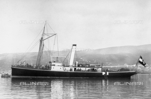 DPD-F-000133-0000 - View of the ship 'Gigant'; on the stern of the ship is a large flag - Data dello scatto: 1910-1918 ca. - Archivi Alinari, Firenze