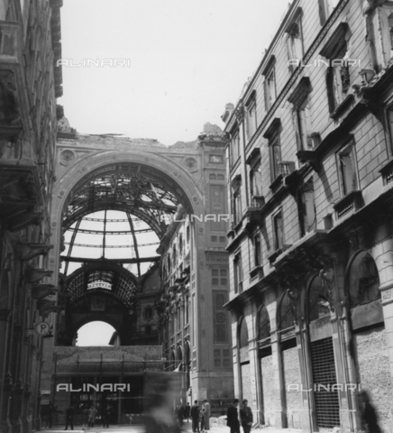 ECA-F-002335-0000 - The Galleria Vittorio Emanuele II in Milan, damaged by the bombings of the Second World War in 1943 - Date of photography: 1946 - Alinari Archives-Emmer Archive, Florence