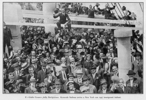 """EVA-S-001004-9566 - L'arrivo a New York di 2447 immigrati italiani a bordo della nave """"Giulio Cesare"""" - Data dello scatto: 1923 - © Mary Evans / Archivi Alinari"""