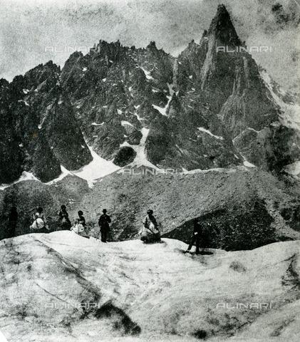 EVA-S-001010-5274 - Gruppo di turisti a Mer de Glace, vicino a Chamonix in Francia - Data dello scatto: 1865 - Thomas Cook Archive / © Mary Evans / Archivi Alinari