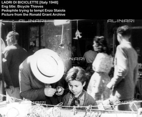"""EVA-S-001032-5308 - Enzo Staiola in una scena del film """"Ladri di biciclette"""", regia di Vittorio De Sica, Italia - Data dello scatto: 1948 - Ronald Grant Archive / © Mary Evans / Archivi Alinari"""