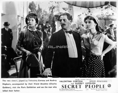 "EVA-S-001033-8918 - Gli attori Valentina Cortese, Charles Goldner e Audrey Hepburn in una scena del film ""The Secret People"" del 1952 - Data dello scatto: 1952 - © Mary Evans / Archivi Alinari, Ronald Grant Archive"