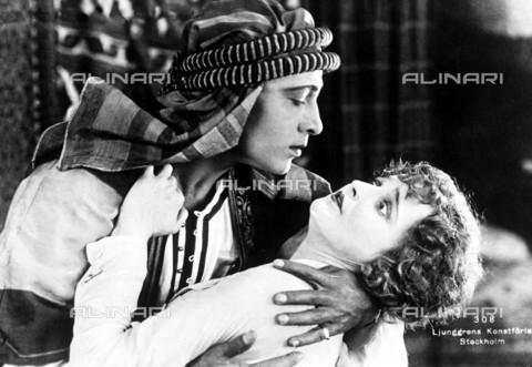 EVA-S-001033-9558 - Rodolfo Valentino e Agnes Ayres durante una scena del film Lo sceicco (The Sheik), regia di George Melford, USA - Ronald Grant Archive / © Mary Evans / Archivi Alinari