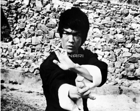 "EVA-S-001038-5931 - L'attore Bruce Lee (1940-1973) in una scena del film ""Enter the Dragon"" (""I 3 dell'Operazione Drago"") del 1973 - Data dello scatto: 1973 - © Mary Evans / Archivi Alinari, WARNER BROS / Ronald Grant"