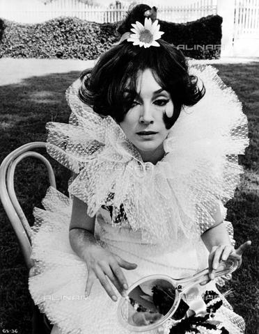 """EVA-S-001048-5347 - The actress Valentina Cortese in a scene from the film """"Giulietta degli spiriti"""" of 1965 - Data dello scatto: 1965 - RIZZOLI FILM / FRANCORIZ PRODUCTIONS / Ronald Grant Archive / © Mary Evans / Alinari Archives"""