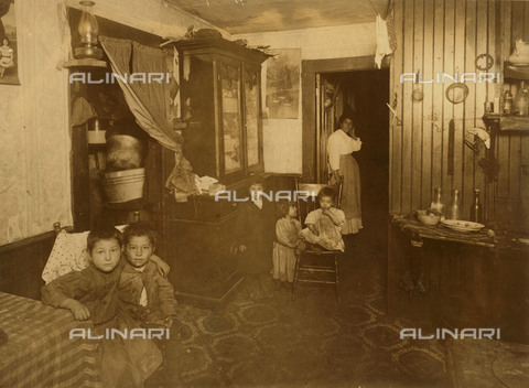 EVA-S-001060-0944 - Famiglia italiana in America: interno di una casa a Crary Street, Providence - Data dello scatto: 26/11/1912 - Library of Congress / © Mary Evans / Archivi Alinari