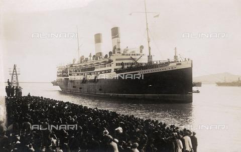 """EVA-S-001092-1212 - Immigrazione italiana: nave """"Gliulio Cesare"""" nel porto di Montevideo in Uruguay - Pharcide / © Mary Evans / Archivi Alinari"""