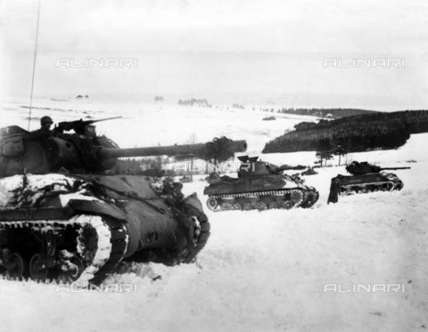 EVA-S-001094-9526 - US Army tanks prepare for attack on a snow-covered hill near the town of Houffalize, Belgium, during the Ardennes Offensive - Data dello scatto: 01/1945 - Robert Hunt Library / © Mary Evans / Alinari Archives