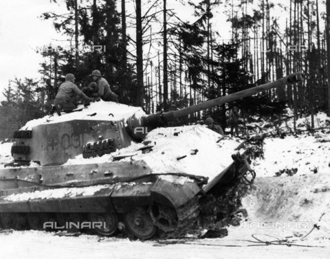 EVA-S-001095-0304 - American soldiers on a German tank Tiger II (Royal Tiger) captured during the Battle of the Bulge, in the Ardennes area in Belgium - Data dello scatto: 12/1944 - Robert Hunt Library / © Mary Evans / Alinari Archives