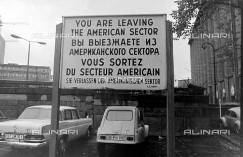 "EVA-S-001103-9109 - Cartello in quattro lingue vicino al muro di Berlino con l'avviso ""You are living the American Sector"" - Data dello scatto: 1960 ca. - © Mary Evans / Archivi Alinari, DAVID"
