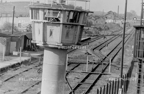 EVA-S-001103-9241 - Torre di controllo sui binari ferroviari vicino al muro di Berlino - Data dello scatto: 1960 ca. - © Mary Evans / Archivi Alinari, DAVID