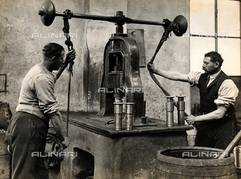 """FBC-F-002551-0000 - Operai al lavoro all'interno de la """"Fabbrica Italiana Proiettili"""", 1920 - Data dello scatto: 1920 - Raccolte Museali Fratelli Alinari (RMFA)-collezione Falzone del Barbarò, Firenze"""