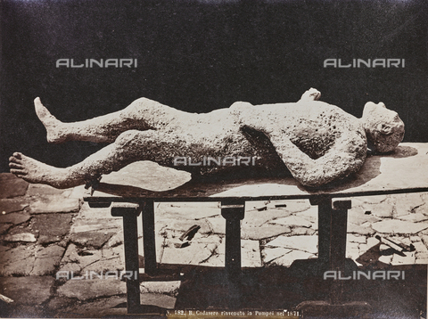 "FBQ-A-006084-0009 - Album ""Pompejj"": Cast of a victim of the eruption of Vesuvius in 79 AD discovered in the ruins of Pompeii in 1871 - Data dello scatto: 1871-1880 - Archivi Alinari, Firenze"