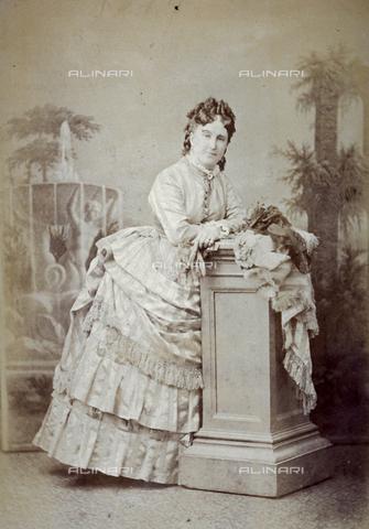 FBQ-A-006270-0042 - Ritratto a figura intera della principessa Pallavicini. L'effigiata indossa un elegante abito da giorno - Data dello scatto: 1870 -1875 - Raccolte Museali Fratelli Alinari (RMFA), Firenze