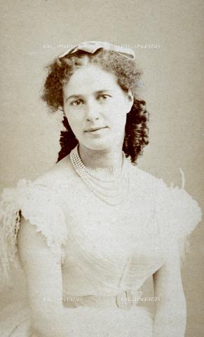 FBQ-A-006270-0200 - Ritratto a mezzo busto di Madame Bellami in abiti da sera - Data dello scatto: 1860 -1870 ca. - Archivi Alinari, Firenze