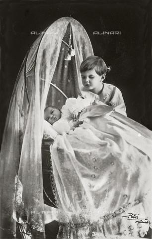 FBQ-A-006273-0091 - 'Casa Savoia II'. Coppia di principi: Vittorio Emanuele principe di Napoli (nella culla) e Maria Pia di Savoia - Data dello scatto: 1937 - Archivi Alinari, Firenze