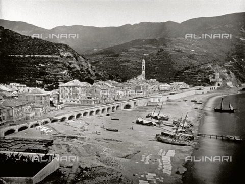 FBQ-F-000366-0000 - The town of Moneglia in the vicinity of Genoa. In the foreground the beach with a few boats pulled up on the shore - Data dello scatto: 1870 - 1880 - Archivi Alinari, Firenze