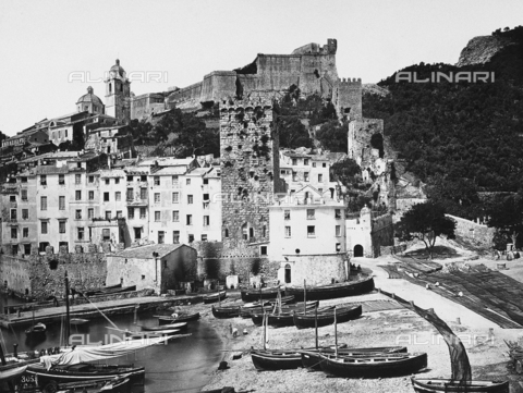 FBQ-F-000367-0000 - Panorama of Portovenere. In the foreground stretch of beach with numerous boats beached - Data dello scatto: 1870 -1880 - Archivi Alinari, Firenze