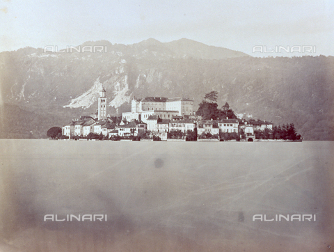 FBQ-F-000369-0000 - The picturesque Island of San Giulio, in the Lago d'Orta, with the low houses surrounded by gardens. On the left the bell tower of the Church of San Giulio - Data dello scatto: 1870 - 1880 ca. - Archivi Alinari, Firenze