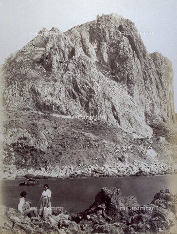 FBQ-F-000521-0000 - Monte Castellone in Capri. In the foreground on the rocks a man and a woman in ordinary clothing - Data dello scatto: 1860 -1870 - Archivi Alinari, Firenze