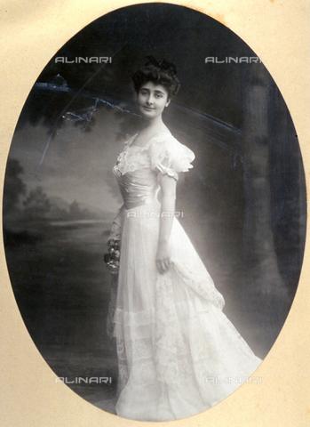 FBQ-F-000562-0000 - Ritratto, a figura intera, di giovane ragazza in abiti da sera. La fanciulla indossa una stola di pizzo simile al vestito - Data dello scatto: 1901 - 1910 - Archivi Alinari, Firenze