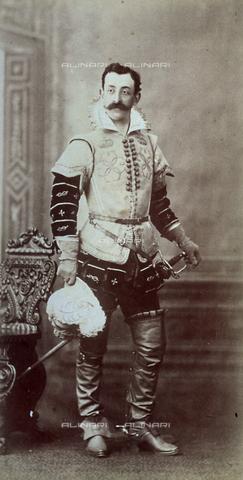 FBQ-F-001117-0000 - Ritratto in studio, a figura intera, del conte Morelli di Pepolo in costume cinquecentesco completo di spada e cappello piumato - Data dello scatto: 1881 -1890 ca. - Raccolte Museali Fratelli Alinari (RMFA), Firenze