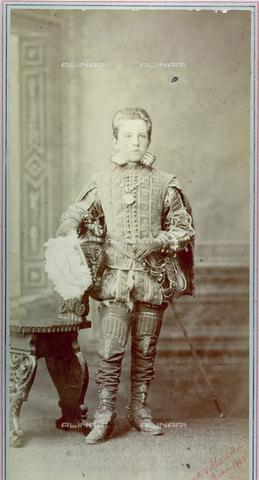 FBQ-F-001120-0000 - Ritratto, a figura intera, dell'adolescente Vittorio Emanuele III di Savoia. L'effigiato veste un suntuoso costume cinquecentesco completo di spada e cappello piumato - Data dello scatto: 1883 - Raccolte Museali Fratelli Alinari (RMFA), Firenze