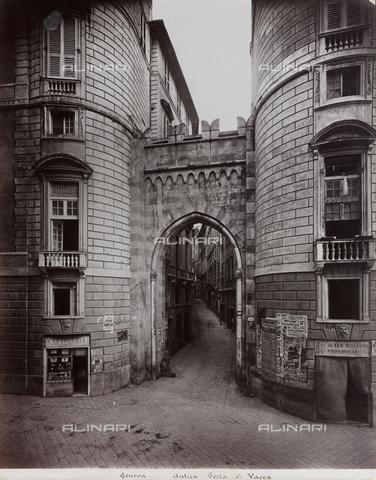 FBQ-F-001156-0000 - Scorcio di Via del Campo a Genova con l'arco detto Porta dei Vacca - Data dello scatto: 1870 - 1890 ca. - Raccolte Museali Fratelli Alinari (RMFA), Firenze
