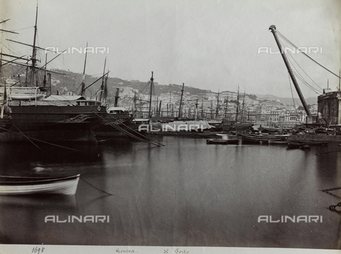 FBQ-F-001167-0000 - Scorcio del porto di Genova con imbarcazioni all'ormeggio. Sullo sfondo, veduta panoramica della città - Data dello scatto: 1870 -1880 ca. - Raccolte Museali Fratelli Alinari (RMFA), Firenze