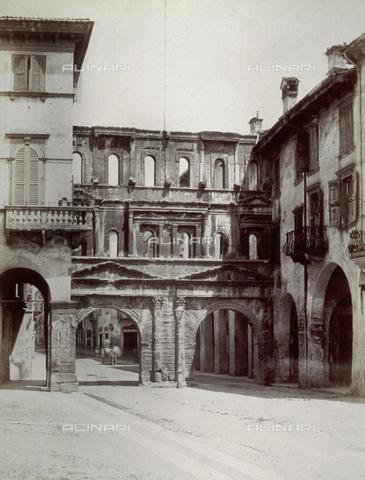 FBQ-F-001687-0000 - Veduta dell'antica Porta dei Borsari a Verona - Data dello scatto: 1890 ca. - Archivi Alinari, Firenze