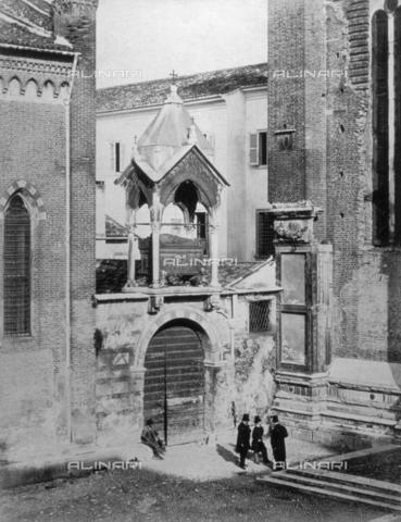 FBQ-F-001752-0000 - Veduta dell'arca di Guglielmo di Castelbarco, posta sull'antica porta del soppresso convento annesso alla Chiesa di Sant'Anastasia a Verona - Data dello scatto: 1860 -1868 ca. - Archivi Alinari, Firenze