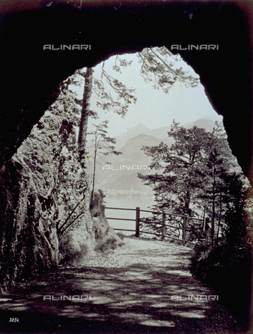 FBQ-F-001955-0000 - The Lake of Como taken from inside a cave. In the distance, the town of Bellagio - Data dello scatto: 1870 ca. - Archivi Alinari, Firenze
