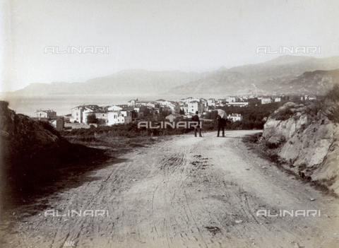 FBQ-F-001967-0000 - Panorama of the city of Bordighera in Liguria. In the foreground a dirt road with two men - Data dello scatto: 1870 -1880 - Archivi Alinari, Firenze
