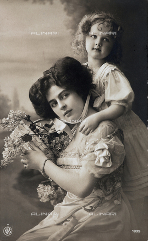 FBQ-F-001978-0000 - Portrait of woman with child. Postcard