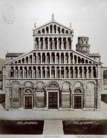 FBQ-F-002516-0000 - Veduta della facciata del Duomo di Pisa. Sullo sfondo si scorge la sommità della Torre Pendente - Data dello scatto: 1860 - 1870 - Raccolte Museali Fratelli Alinari (RMFA), Firenze