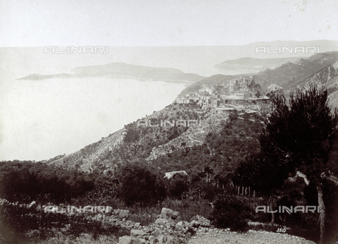 FBQ-F-003449-0000 - View of Èze, a medieval hamlet on the Côte d'Azur, located on the summit of a bare rock. In the foreground, trees and shrubs. In the background the sea - Data dello scatto: 1880 ca. - Archivi Alinari, Firenze