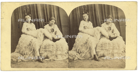 FBQ-F-003937-0000 - Woman getting her shoe fastened. Stereoscopic image - Date of photography: 1880-1890 - Fratelli Alinari Museum Collections, Florence