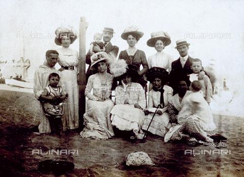 FBQ-F-004196-0000 - Gruppo di persone in eleganti abiti da giorno ritratte su una spiaggia di Savona - Data dello scatto: 1909 - Archivi Alinari, Firenze