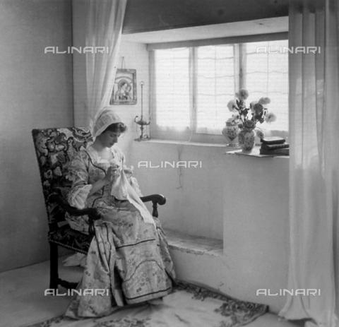 FBQ-F-004279-0000 - Ritratto alla fiamminga. Donna che ricama - Data dello scatto: 1903 - Archivi Alinari, Firenze