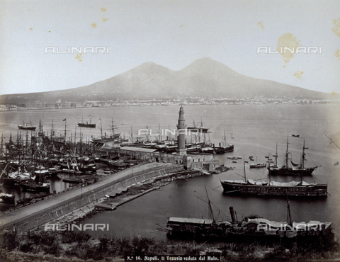FBQ-F-004874-0000 - The pier of Naples with ships at anchor. In the background, the Partenopean city spread out at the base of Mount Vesuvius - Data dello scatto: 1870 -1880 ca. - Archivi Alinari, Firenze