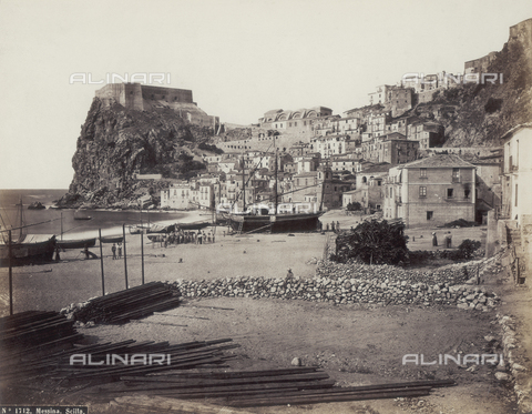 FBQ-F-004875-0000 - The Large Marina of Scilla, a picturesque coastal town of Calabria facing the straits of Messina. In the foreground, the small bay with boats drawn up on the beach. In the background, the town dominated by the Spanish castle on the famous cliff - Data dello scatto: 1870 -1880 ca. - Archivi Alinari, Firenze