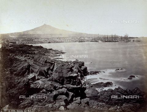 FBQ-F-004877-0000 - Panorama of Catania taken from the pier. In the background, the silhouette of Etna - Data dello scatto: 1870 -1880 ca. - Archivi Alinari, Firenze
