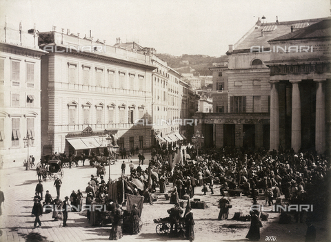 FBQ-F-004940-0000 - The Piazza San Domenico, in Genoa, full of booths and itinerant venders - Data dello scatto: 1885 -1890 - Archivi Alinari, Firenze