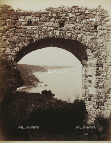 FBQ-F-006309-0000 - Panorama of the stretch of the ligurian coast between Alassio and Albenga. The picture was taken from Capo Santa Croce through the a brick arch - Data dello scatto: 1870 -1880 - Archivi Alinari, Firenze