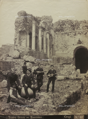 FBQ-F-006425-0000 - Group of musicians in the Greek Theater of Taormina - Data dello scatto: 1880-1890 - Archivi Alinari, Firenze