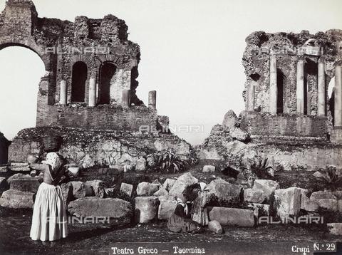FBQ-F-006917-0000 - Donne davanti al Teatro Greco di Taormina - Data dello scatto: 1880-1890 - Archivi Alinari, Firenze