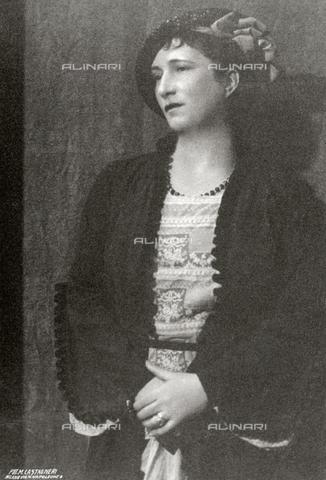 FBQ-S-000457-0002 - Ritratto, a tre quarti di figura, di donna in abiti da giorno. L'effigiata indossa un cappello ed ha al collo una collana - Data dello scatto: 1920-1930 ca. - Archivi Alinari, Firenze