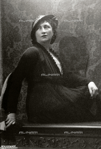 FBQ-S-000457-0003 - Portrait of a seated woman. She is wearing day dress and a small hat - Data dello scatto: 1920 - 1930 - Archivi Alinari, Firenze