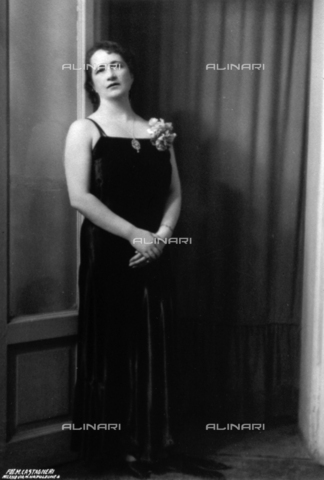FBQ-S-000457-0005 - Full-length portrait of a woman in evening gown. A hydrangea flower is pinned to her dress and she is wearing a necklace - Data dello scatto: 1920 -1930 ca. - Archivi Alinari, Firenze